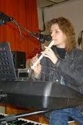 Dinnyési Virág zenél és énekel